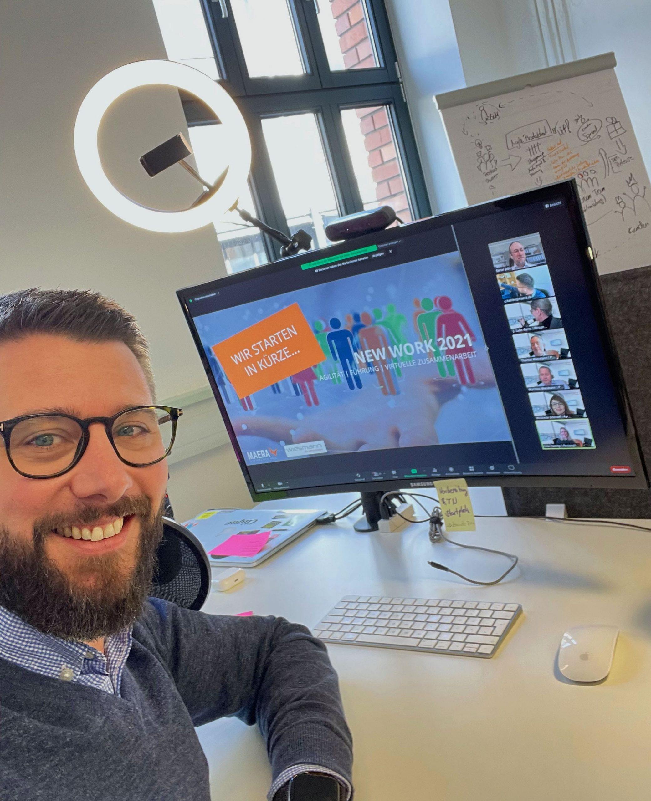 Geschäftsführer Christian hält einen Wprkshop